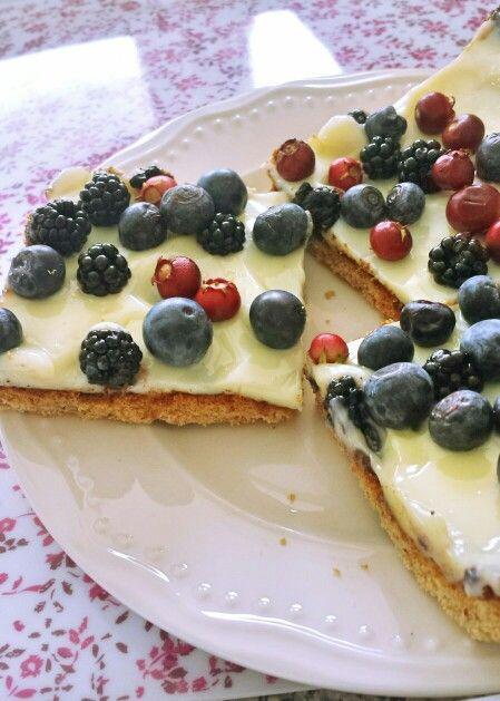 Pie con masa de harina de avellanas, leche condezada con limón,  y berries (arándanos- blue berries, murtilla y moras)