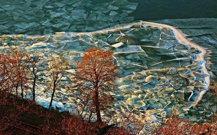 Ilyen fantasztikus képeket még nem láttál a jeges Balatonról! A lemenő nap sugaraitól festői színekben pompázott a magyar tenger Fonyódnál.