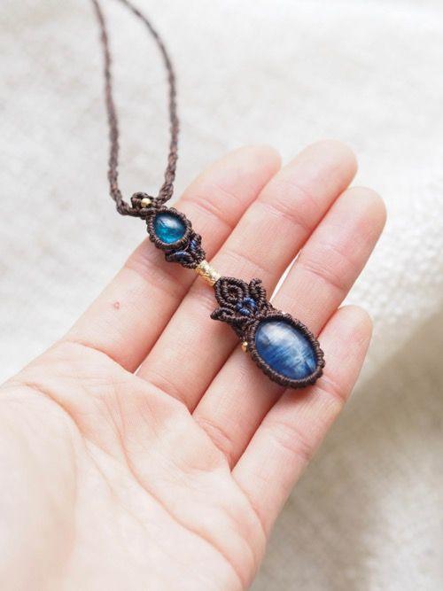 アパタイト&カイヤナイト(ネパール産)/マクラメ編みペンダント紹介&販売。ブルーアパタイトとカイヤナイト、2つの天然石を贅沢にあしらったデザインペンダント。 ネオンブルーの色鮮やかな色合いに透明感も兼ね備えたブルーアパタイトに、 深みのある色合いに、石特有のシラーも見られる良質なカイヤナイトを使用しています。 石が引き立つよう2色の蝋引き糸をセレクトし、ひと編みひと編み丁寧に編み上げました。 Vネックの首元にぴったりと収まるサイズ感で、毎日身につけられるようなペンダントに仕上がっています。