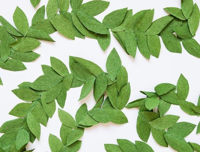 activité manuelle noel maternelle, décoration de fête fabriquée à la main avec feuilles de papier vert