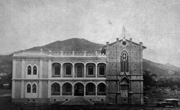 Antiguo hospicio franciscano del Amparo, ubicado donde hoy se levanta el hotel Intercontinental. Extraída del libro de fray Manuel Siabato, Restauración de la provincia franciscana de la Santa Fe de Colombia, publicado en 1926.