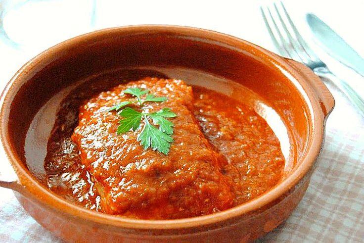 Bacalao a la vizcaína, uno de los platos más conocidos de la cocina vasca. La salsa logra un sabor exquisito al mezclar cebollas, pimientos choriceros y ajo