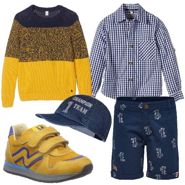 I pantaloncini blu con decori bianchi hanno un taglio elegante e sono abbinati alla camicia a quadretti blu con bottoni sulle maniche per risvoltarle. Aggiungiamo un maglioncino in cotone a strisce larghe gialle e blu. Ai piedi scarpette da ginnastica gialle con decori bluette e chiusura a strappo. Per finire berretto in jeans con scritta davanti.