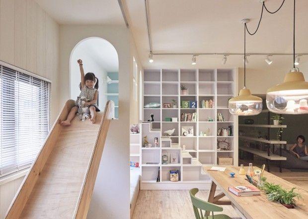 Présenté à deux reprises cette année, le studio de design et d'architecture taïwanais HAO Design nous offre une nouvelle réalisation tout aussi originale que les précédentes.  En effet, ils ont installé une aire de jeux dans la cuisine de cette maison de famille afin que les enfants puissent passer plus de temps avec leurs parents. Les parents n'ayant pas beaucoup de temps pour profiter de leurs enfants, ils souhaitaient une pièce de vie commune où les enfants...