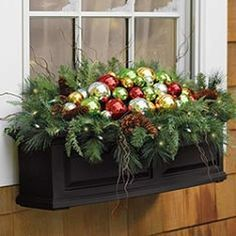 21 Beautiful and Creative Fall Window Box Planter Ideas https://www.onechitecture.com/2017/09/16/21-beautiful-creative-fall-window-box-planter-ideas/