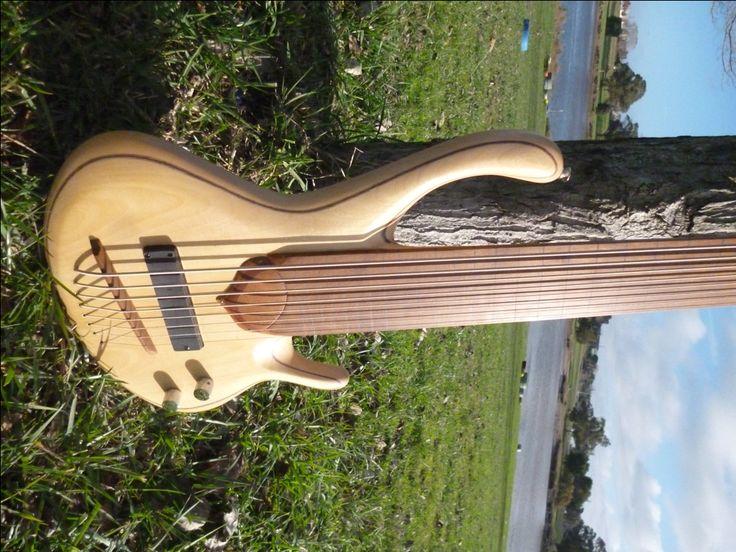 Bajo fretless 8 cuerdas afinación grave construido en madera de guatambú