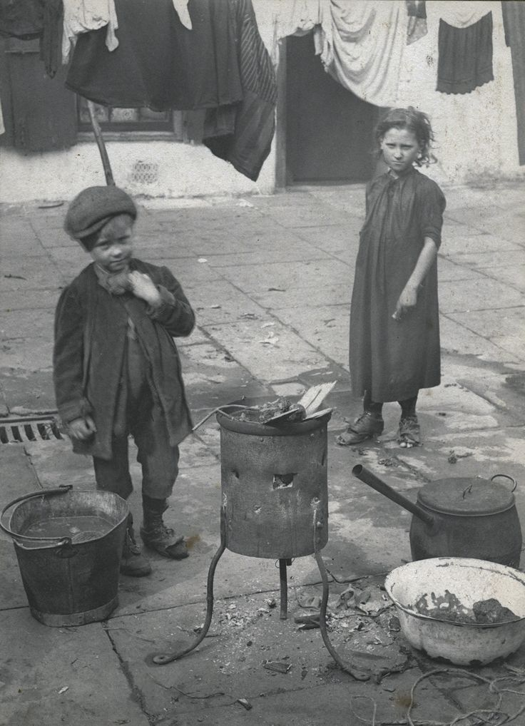Spitalfields nippers: London's poorest children in the early 1900s – children on washing day