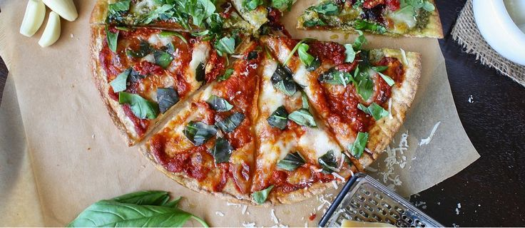 Para celebrar que es viernes, en nuestro blog os traemos una receta de pizza vegetal integral. Una masa hecha con harina de trigo integral mantiene todos los nutrientes propios del cereal, al tratarse de una harina de grano entero. El resto de ingredientes supondrán una fuente natural de vitaminas y otras propiedades.  #tubiotienda #vidasaludable #vidasana #ecologico #bio #salud #estilodevida #recetas #recetassaludables #recetasana #pizza #nutricion #postressaludables #cocina #findesemana