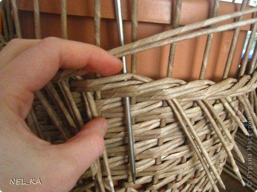 """Добрый день всем плетущим !!! Хочу показать вторую попытку послойного плетения. Это кашпо или не кашпо, не знаю, что получилось. Думаю, может  крышку сплести............Тогда будет не кашпо....... Посоветуйте, пожалуйста!!! Снизу попробовала небольшой """"ажур"""". МК здесь http://www.papirovepleteni.cz/fotoalbum/navody/navod-na-krizeni-ve-vrstve/. Трубочки из кромки газетной, покрашены вода+колер+лак. фото 11"""