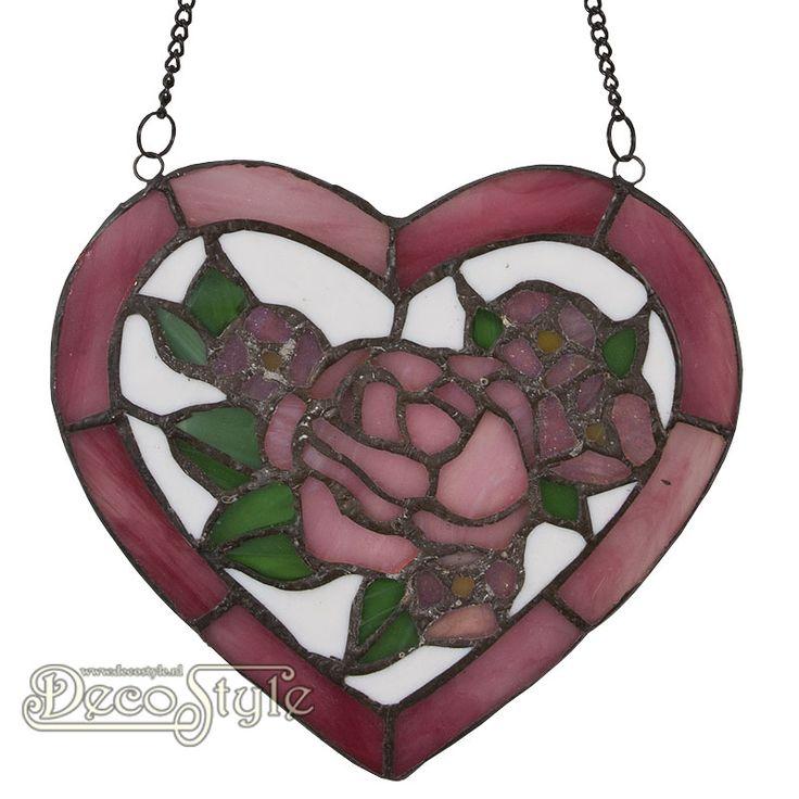 Tiffany Raampaneel Kaddyn Heart  Raampaneel in de vorm van een hart met bloemen. Kan ook aan de wand worden gehangen. Helemaal met de hand gemaakt van echt Tiffanyglas. Dit originele glas zorgt voor de warme uitstraling. Met ketting om het paneel op te hangen. Afmetingen: Hoogte: 18 Breedte: 20 Diepte: 0.5 cm