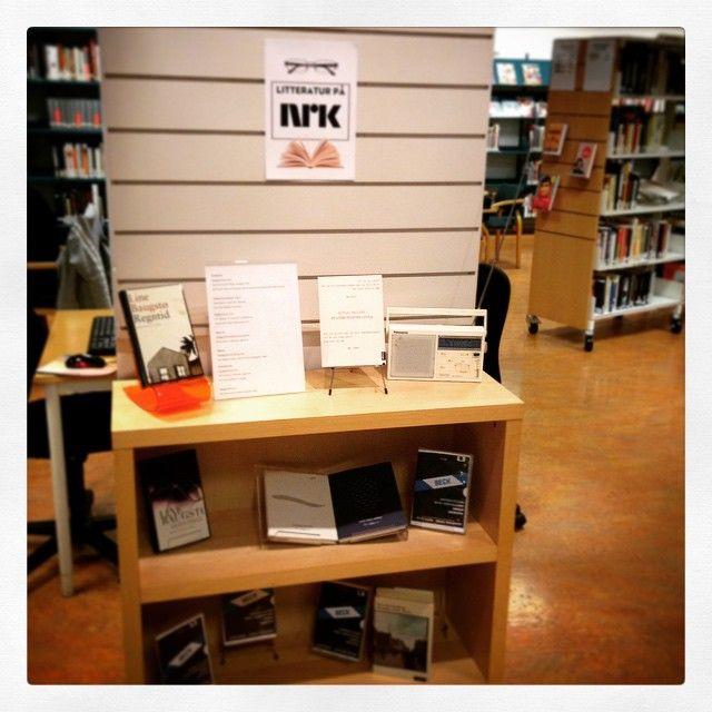 Utstilling med litteratur frå programma til #nrkradio #litteraturtips #lesetips @nrkbok