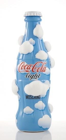 La più tradizionale e iconica bottiglia del mondo si presta ad essere interpretata in mille modi diversi. Questa è la bottiglietta della Coca Cola Light secondo Moschino, in edizione limitata.