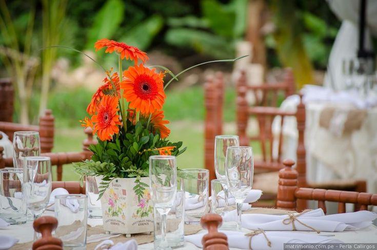 Dale un aire primaveral a las mesas de tu recepción con estos centros de mesa  #mesas #decoración #boda #primavera #matrimonio #centrodemesa #platos #cubiertos #recepción #catering #flores #table #decoration #spring #wedding