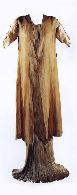 Los Delphos fueron confeccionados en el formato plisado: unos finísimos pliegues - posiblemente inspirados en las korai griegas- realizados directamente sobre el propio tejido en todo su largo, abarcando al vestido completo. Al caer libremente sobre el cuerpo, los pliegues se iban abriendo o cerrando en función de las formas de la modelo y remarcaban totalmente la figura. Fortuny Delphos , 1910-1930 (Museo Fortuny)