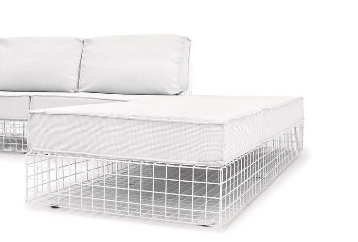 Poltrona angolo stile urbano dotata di seduta e schienali comodi e resistenti al sole e alla pioggia, è parte di una collezione di sedute in acciaio verniciato a polveri. #sofa #white #furniture #design #comfort #contractfurniture