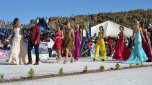 Rendhagyó kifutó: egy sós tavon rendezett divatbemutató Boliíviából. | Fashion-Show in luftigen Höhen: Models stolzieren über Salzsee - Bolivien