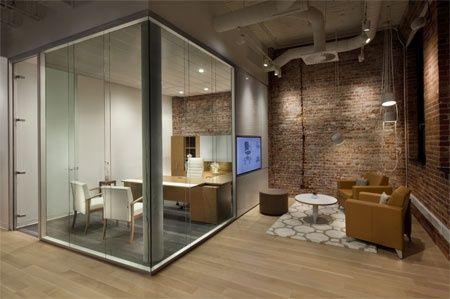 Un espace de travail exécutif avec le mobilier de bois Essentia et les murs…
