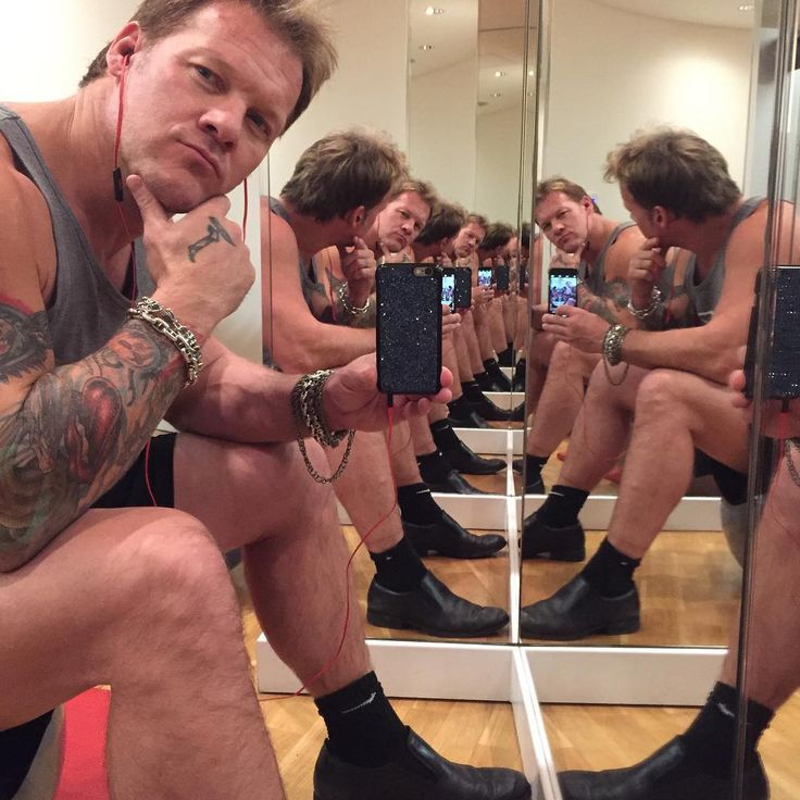 「I'm always so busy that I decided to clone myself. May I introduce to you...the #JerichoArmy! #gonnabealotofyeahboyslater #yesimwearingdressshoesinthegym…」