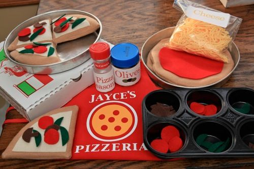 Pizza maker play set made using felt, yarn, and other household items.  Gift idea for Esmé's birthday.Felt Pizza, Gift Ideas, Dramatic Plays, Plays Food, Homemade Pizza, Felt Food, Plays Pizza, Christmas Gift, Homemade Gift