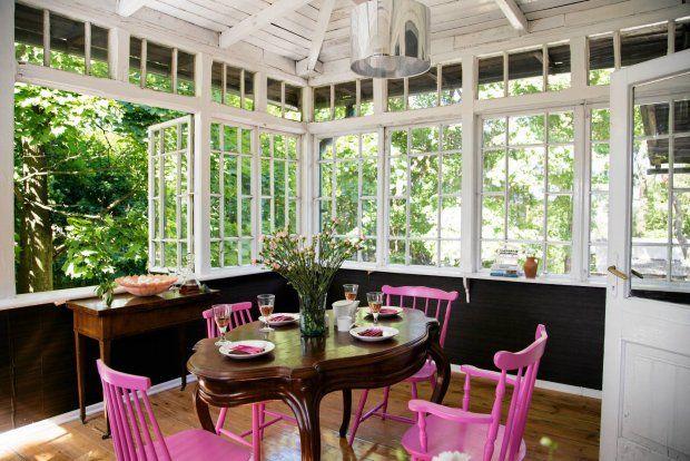 DRUGA WERANDA - JADALNIA. Tu także mnóstwo pamiątek po dziadkach Smirnowych. Stół był częścią wiana Eugenii, a stolik do brydża (pod oknem), z rozkładanym blatem wyłożonym od środka zielonym suknem, należał do Konstantego.