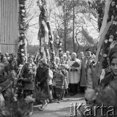 12.04.1981, Łyse, woj. Ostrołęka, Polska Niedziela Palmowa na Kurpiach, wierni z palmami przed kościołem podczas mszy