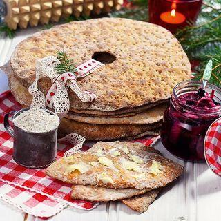 Vi svenskar är knäckebrödsätare av stora mått. Norrlänningar äter mest och skåningar minst. Så alla skåningar – nu utmanar vi er, och alla andra, att äta mer knäckebröd! Med det här receptet kommer det att gå som en dans.