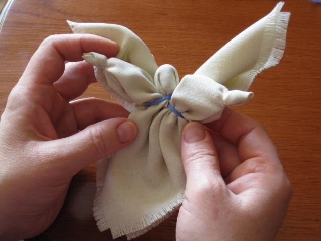 Предлагаю вам, уважаемые мастерицы, сделать вот такого ангела, который станет замечательным подарком (к какому случаю — уж сами решайте) или украшением для елки. Такого ангелочка можно повесить над кроваткой малыша, который с удовольствием будет разглядывать и щупать куклу. Для работы вам понадобятся: ткань (хорошо идут лен, тюль, органза, поплин - на ваш выбор, я использовала поплин), вязальные…