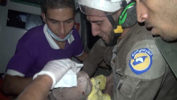 Redder baby fra ruinene. Klarer ikke å holde tårene tilbake