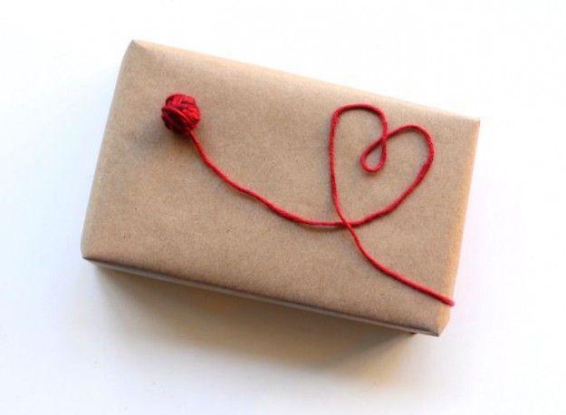 Pacchetto regalo con disegno con lana a forma di cuore  #pacchetti #pacchetto #regalo #regali #originali #Natale #compleanno #incartare #cuore #amore #tiamo #sanvalentino