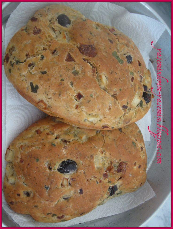 Kibris usulu zeytinli hellimli ekmek (zeytinli hellimli bitta)  ,, MALZEMESI:  1-kilo un,  2-bardak zeytin cekirdekli.  1-tane hellim. ...