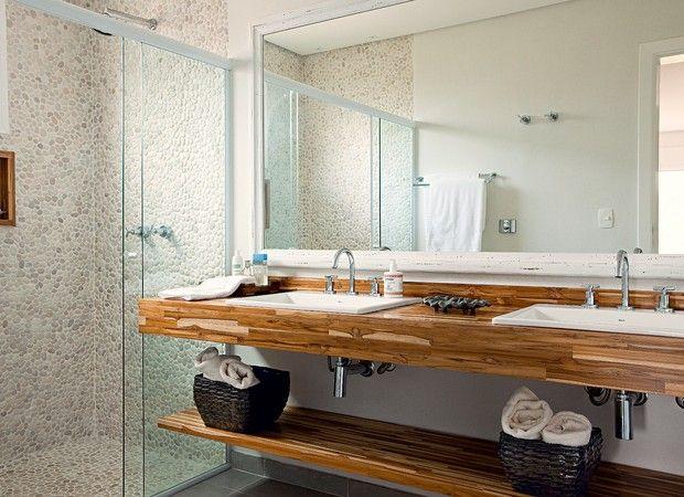 Acolhedores, os banheiros fogem do branco e exibem materiais naturais. Madeiras sustentáveis, pedras brutas, seixos em tom de areia e pastilhas nas cores do mar convidam ao relaxamento nos cinco projetos a seguir