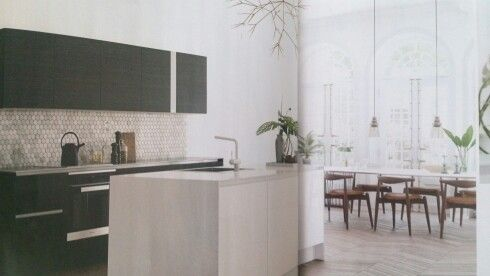 Omg dritlekkert kjøkken. Flisene, golvet, plantebe, lampa. Kjøkkenet er fra HTH - athena hvit høyglans/sort finer