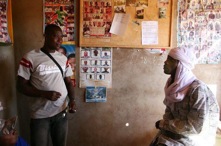 John Ampan in einem Reisebüro in Agadez: Menschenhenadel ist hier eine Dienstleistung