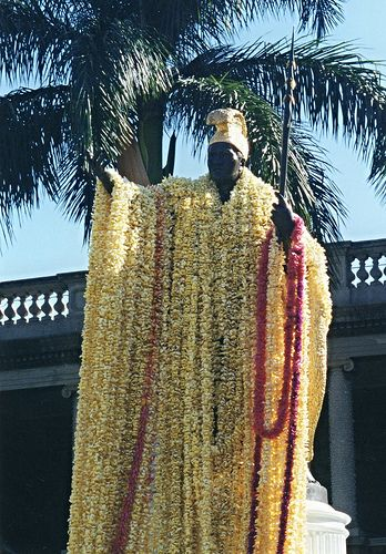 King Kamehameha I draped with leis, Honolulu | par ali eminov