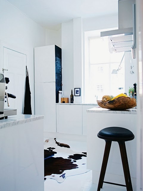 nice and white: Cow Rug, Decor Ideas, Kitchens Benches, Copenhagen Flats, Interiors Design, Cowhide Rugs, Kitchens Dinning, White Kitchens, Bowls