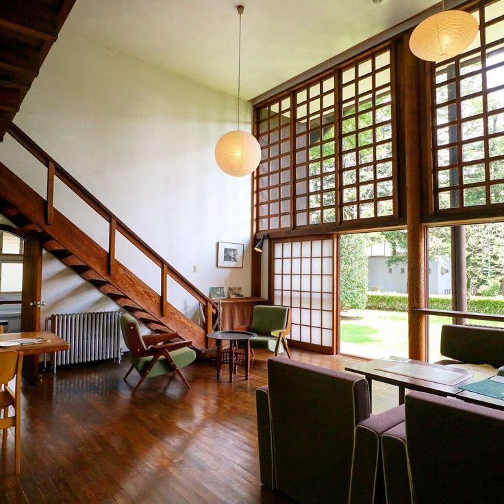 ル・コルビュジエの弟子でもあった、日本を代表する建築家のひとり、前川國男。その自邸が、東京都小金井市にある「江戸東京たてもの園」というところに移築され、自由に見学をすることができます。ここでは前川國男氏の経歴や代表作を紹介しながら、日本特有の木造モダニズムの傑作である「前川國男邸」の魅力に迫ります。