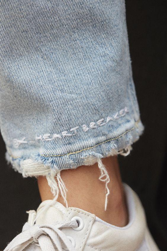Вышивка - надпись по низу джинсов