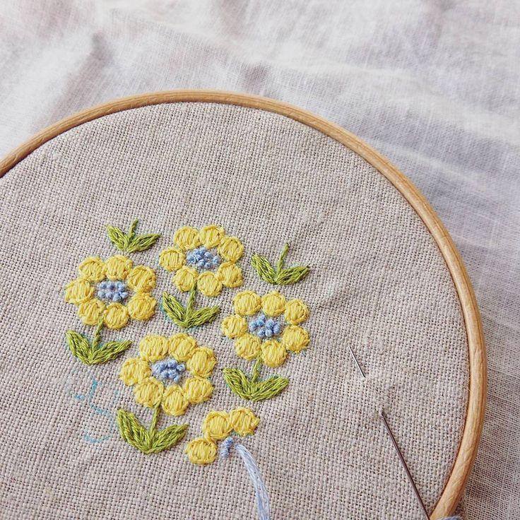 きいろのお花。 優しい雰囲気です #刺繍#ブローチ#お花#手仕事#ハンドメイド#handmade#kumako365#日々