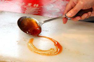 Cómo crear adornos con caramelo para tortas y pasteles