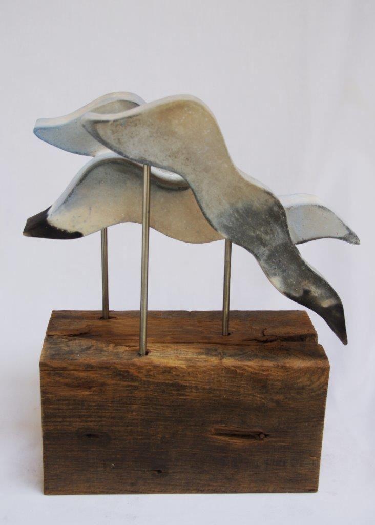 Annemarie van Noort. Waves - 3. golven geinspireerd door zee en branding keramiek/eiken hout/rvs