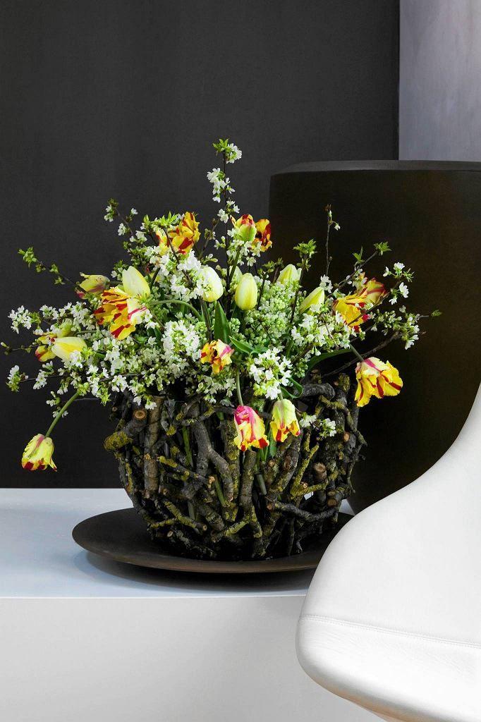 Rosliny Uzyte W Kompozycji Tulipany I Galazki Kwitnacych Drzew Owocowych Vase Home Decor Plants