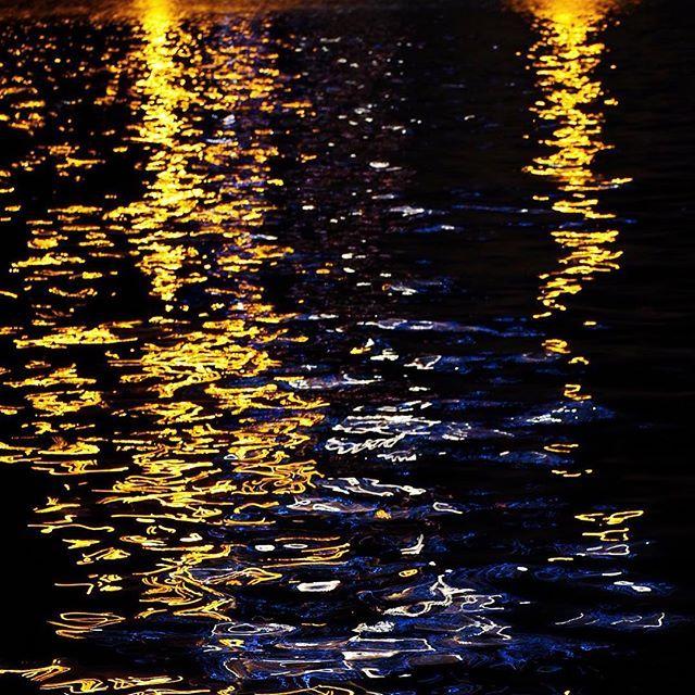 【yu._.uy.marimoka】さんのInstagramをピンしています。 《水面花火‥🎆🎆 これ最後😂 ⁂ 今日の私なら、間違いなく何時間でもこの水面花火を見て、癒されながら考え込むねぇ〜😅 ⁂ #広島#hiroshima #写真#instagramjapan#写真好きな人と繋がりたい#写真撮ってる人と繋がりたい#Lovers_Nippon#花火#花火大会 #そら #そらまっぷ#そら部#ずっと眺めていたい#写真は心のシャッター#幻想的#水上花火  #ひろしま #ヒロシマ#竹原 #カメラ女子#photooftheday  #instadaily #all_shots#instacool#japan_night_view#打ち上げ花火 #Japan_relates_photos#lovers_nippon#海》