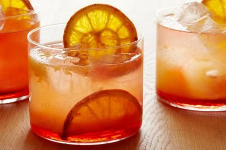 Orange Campari! Mischiate parti uguali di Campari, Cointreau e Vodka e riempite il bicchiere con concentrato SodaStream all'arancia. Qualche cubetto di ghiaccio e siete pronti per la serata!