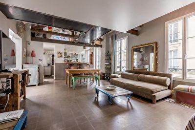 Comme une maison , en plein coeur du quartier Convention, dans un passage piéton calme, charmant triplex de 170 m² (148 m² Loi Carrez). Dans une petite coproprieté, entrée avec au RDC deux chambres, une salle de bains et wc séparé. Au 1er étage, vaste espace de vie avec un grand séjour et cuisine ouverte, deux grandes chambres, wc séparé et un patio ouvert. Au 2ème étage, chambre parentale, salle de bain avec wc et bureau. Beaucoup de charme, calme et lumineux.**Honoraires à la charge du…