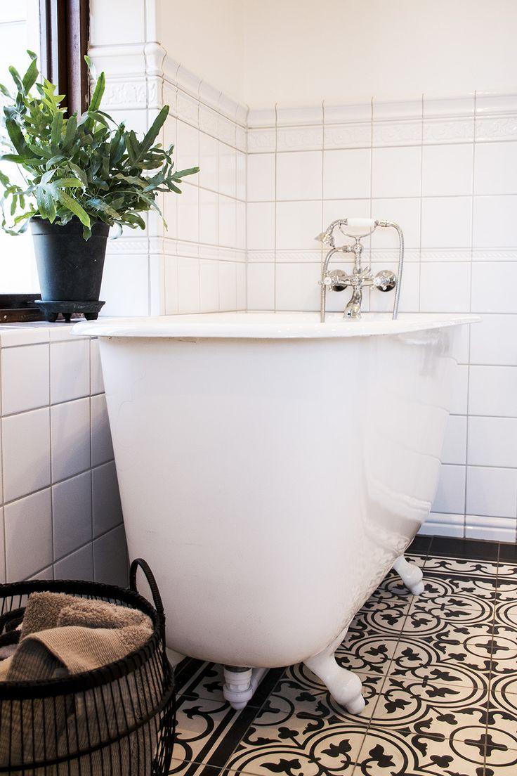 Inspireras av hur man med bl.a. produkter från Qvesarum Byggnadsvård, kan renovera och bygga ett nytt badrum i gammal stil i ett sekelskifteshus.
