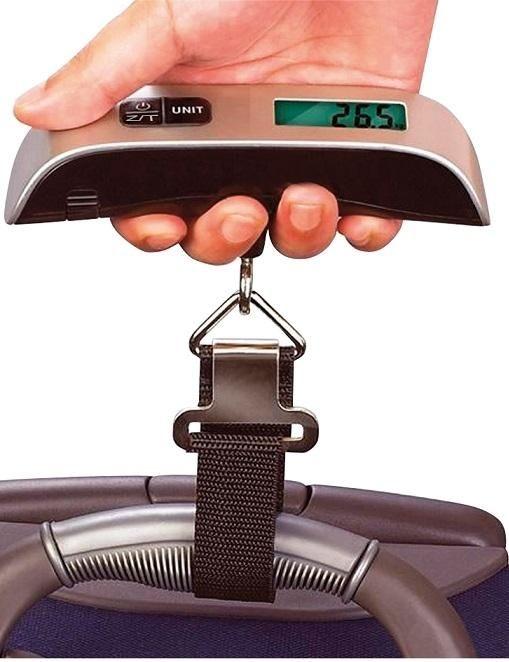 A digitális csomagmérleg és hőmérő egyszerűen és könnyen használható. Könnyű, hordozható, lehetővé teszi, hogy gyorsan és pontosan megmérd a csomagok súlyát, még az utazás előtt. Poggyászellenőrzéskor gyakran kiderül, hogy a csomagok súlyát rosszul mérjük fel. A helytelen súlyszámításokat miatt a szükségtelenül túlsúlyos poggyász díját kíméletlenül meg kell fizetni a repülő társaságoknak.