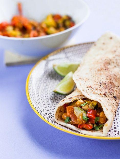 Heute wagen wir in unserer Kategorie Schnelles Mittagessen eine kleine Ess-Kursion: Es geht nach Indien! Unser Gericht, der Naan-Wrap mit gebratenem Gemüse und Avocadocreme, hat übrigens alles, was man sich von einem Indien-Kurzurlaub nur wünschen kann: Das Gemüse hat sich in bunte Sari-Schale geworfen, die Kollegen haben Bollywood-like ums Essen herumgetanzt und die lockere Half-Moon Yoga Pose ist sowieso die Spezialität unseres heutigen Wrap-Stars. Wir sagen nur Namaste Naan-Wrap!Zutaten…