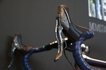 電子式シフト+油圧ブレーキのEPSレバー。エルゴノミックデザインや握りの細さをそのままだ: photo:Makoto.AYANO