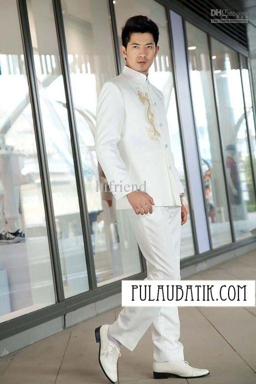 Jas pria warna putih bergambar naga emas.  Huhuhuiii keren bingiiiitttss... memakai jas pria sebagai pakaian formal membuat penampilan semakin keren dan modis.  Ini dia jas nya anak muda