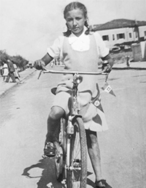 Oriana staffetta partigiana con la sua bicicletta - Foto - Oriana Fallaci